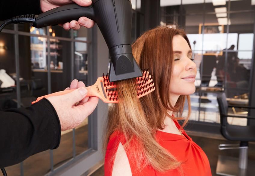 Frauen, die ihr Haar lieben, lieben die Fingerbrush-Bürste! Das behaupten nicht nur wir – sondern auch die Friseure, die mit dem Verkauf des ultimativ stylischen Mixes aus Entwirrungs- und Massagebürste von Olivia Garden bereits viele, viele Kund*innen glücklich gemacht haben. Denn diese Salongäste konnten daheim endlich das fortsetzen, was ihr/e Lieblingsfriseur*in ihnen beim Friseurbesuch als magischen Moment bescherte: müheloses und sanftes Kämmen selbst der längsten Haare. Ganz ohne zu ziepen, stattdessen verbunden mit einer herrlichen Kopfmassage. Wetten, dass auch Deine Gäste im Salon bei der Fingerbrush begeistert zugreifen werden?