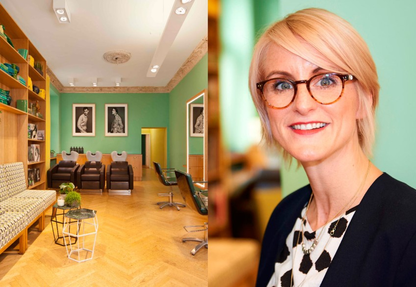 """Sie hat alles: gute Laune, Herz und Know-how! Wer auf die Berliner Friseurunternehmerin Kathrin Zenk trifft, wird sofort von ihrer Lebensfreude angesteckt. Aber nicht nur das: Charismatisch wie sie selbst ist auch ihr minzgrüner Wohnzimmer-Salon """"molar Berlin"""", der inmitten der pulsierenden Hauptstadt-Metropole liegt und ein echter Szenetreff für LOHAS ist!"""