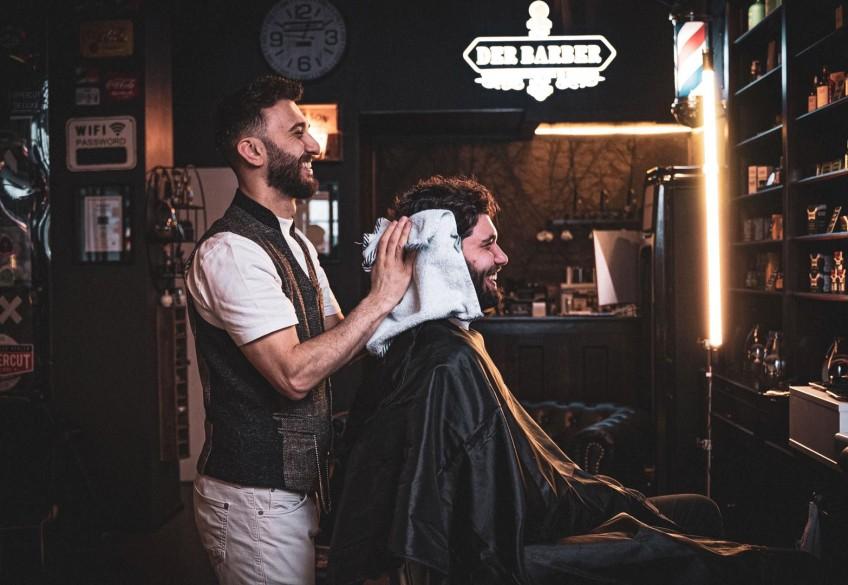Leidenschaft ist das beste Werkzeug. Direkt danach kommt der Lieblings-Clipper. Wie kaum ein anderes Handwerk ist das Friseurhandwerk von Liebe, Leidenschaft und Kreativität erfüllt. Haare zu schneiden, sie zu modellieren und Menschen dabei zu unterstützen, ihr eigenes ICH strahlend nach außen zu zeigen – nichts ist schöner als das! Kein Wunder also, dass vor allem Schneidewerkzeuge für Friseur*innen geradezu Kultstatus haben. Was dem einen die Schere ist, ist für den anderen die Haarschneidemaschine von Panasonic. Und eines ist klar: Vor allem für Barber sind ihre Clipper und Trimmer wahre Seelen-Tools. Weil nichts ohne sie geht und sie in ihrer Hand zum Zauberstab werden. Eine Hommage an die scharfen Goldstücke des Handwerks.