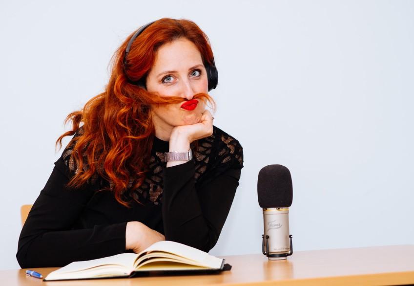 """""""Endlich wieder Haare durch unsere Finger gleiten lassen, den Duft von Hellerfärbung schnuppern, den Nebel des Haarsprays bewundern, den Wind vom Föhn auf der Haut spüren, das Gequassel von glücklichen Menschen hören... Unser Fest für die Sinne startet am 01.03.2021!!!!"""", ist FMFM Artistin und Friseurunternehmerin Stefanie Ehrich überzeugt. Eine Geschichte über Sehnsucht, Stolz und große Chancen."""