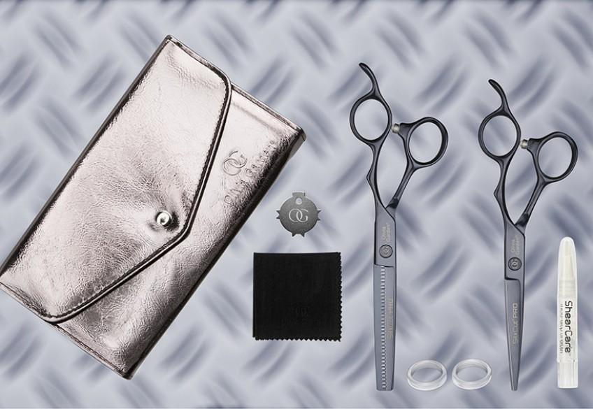 Die SilkCut PRO von Olivia Garden steht für Scherenqualität, die Haarschneideprofis ein leistungsstarkes und komfortables High-End Schneiderlebnis bietet. Ab sofort gibt es Friseur's liebstes Tool auch in der Megatrendfarbe Midnight. Mit dem Premium-Design im coolen Nachtblau wird die SilkCut PRO zum ultimativen Hingucker am Bedienplatz.