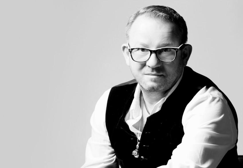 """""""Was ist da bloß los?"""", fragte sich nicht nur FMFM-Artist und Friseurmeister Andreas Nuissl, als er am Wochenende nach Berlin schaute. Dort demonstrierten Abertausende Menschen gegen aktuelle Corona-Regeln und für das, was sie """"Freiheit"""" nennen. Dass genau die uns alle den Kopf kosten kann, darüber sinniert Andreas in seinem neuesten Kommentar zur Lage der (Friseur-)Nation."""